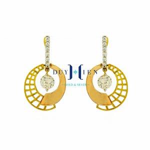 bông tai 18k hình chiếc quạt tròn một nửa trơn một nửa làm kiểu đan ô vuông và ở giữa có viên đá to màu trắng được nối với một đường thẳng có đá