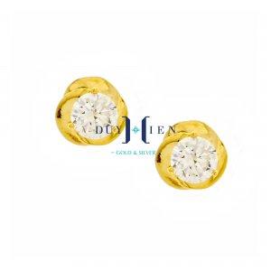 bông tai cho người trung niên có viên đá màu trắng to xung quanh là vàng làm kiểu cánh hoa ôm lấy viên đá