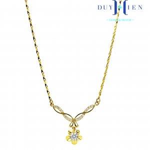 dây chuyền vàng đẹp cho nữ kiểu dây chuyền liền mặt có dây dáng tăm và mặt hình dải đá và sợi vàng trơn uốn lượn cánh bướm nối bông hoa có đá trắng ở giữa