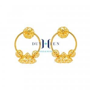 hoa tai độc lạ có các hình tròn tạo thành từ những sợi vàng nhỏ kết hợp với hình kim cương nhỏ bằng vàng tạo kiểu uốn mềm